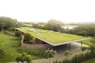 Questa casa con tetto giardino sembra un tutt'uno col paesaggio circostante