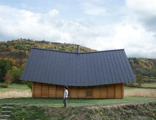 Arba costruisce una casa con il tetto curvo nelle zone rurali della Francia