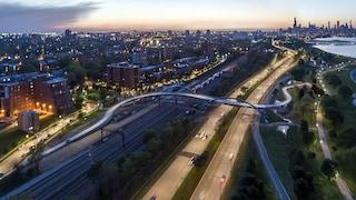 Il nuovo ponte pedonale di Chicago è una linea sinuosa che collega la città al lago