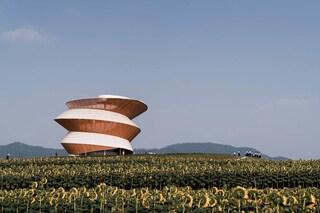 Una torre a spirale per osservare e meditare sul paesaggio circostante