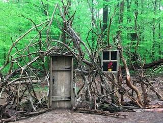 Durante il lockdown costruisce una porta per l'immaginazione nel cortile di casa