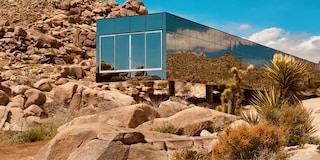 Mirror House, la casa di Chris Hanley che scompare nel deserto
