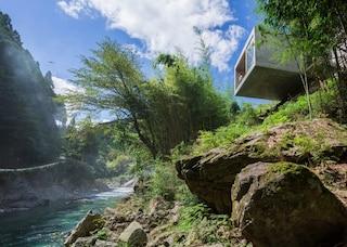 Una casa vacanza incastonata nella roccia che sfida la forza di gravità