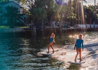 La tavola da surf elettrica è l'ultima tendenza per l'estate