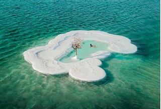 La storia dell'isola di sale nel Mar Morto