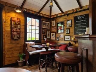 Una famiglia costruisce nel giardino della propria casa un bar che sembra un vero pub