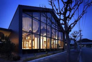 Shigeru Aoki costruisce un asilo che nasconde all'interno una casa di legno di 100 anni fa