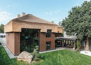 Shkrub house, la casa col cappello di paglia e gli interni che sembrano fantasiose caverne