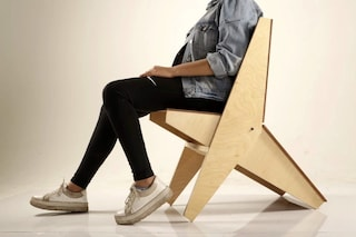 Kagu, la sedia pieghevole da giardino che diventa un tavolino
