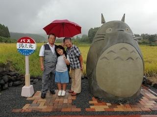 Una coppia di nonni giapponesi crea una fermata d'autobus a forma di Totoro per i nipoti