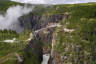 Un ponte di 99 gradini su Vøringfossen, la cascata più grande e famosa della Norvegia