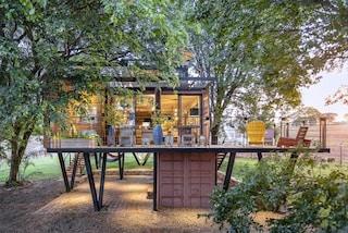 Hanging House, la casa di container sospesa tra gli alberi