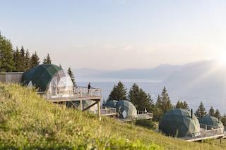 Whitepod, l'eco-hotel di lusso dove si dorme in capsule immerse nelle Alpi Svizzere