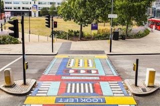 Camille Walala trasforma le banali strisce pedonali in opere d'arte coloratissime