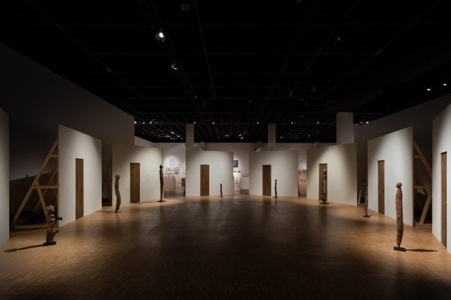 https://static.fanpage.it/wp–content/uploads/sites/10/2020/10/Installation_View_Vodun_African_Voodoo_Fondation_Cartier_pour_lart_Contemporain_Paris–%C2%A9–Triennale–Milano–foto–Gianluca–Di–Ioia.jpg