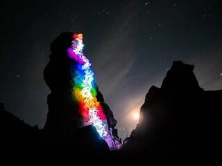 Luke Rasmussen trasforma le pareti di arrampicata in luminosi paesaggi arcobaleno