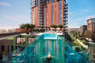 Londra, installata la prima Sky Pool al mondo tra due grattacieli a 35 metri di altezza