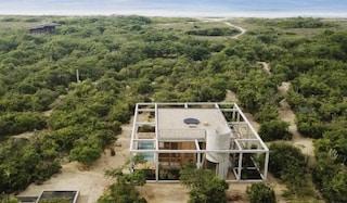 Casa Cosmos, il rifugio extraurbano tra foresta e oceano