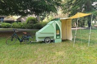 Il camper da bici per fare campeggio nella natura