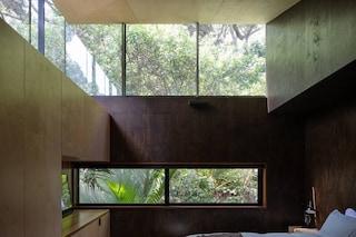Una casa sospesa tra il bosco e l'oceano