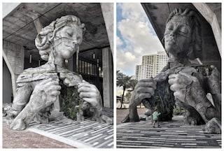 La gigantesca scultura di donna che apre il petto ad un tunnel di felci da attraversare