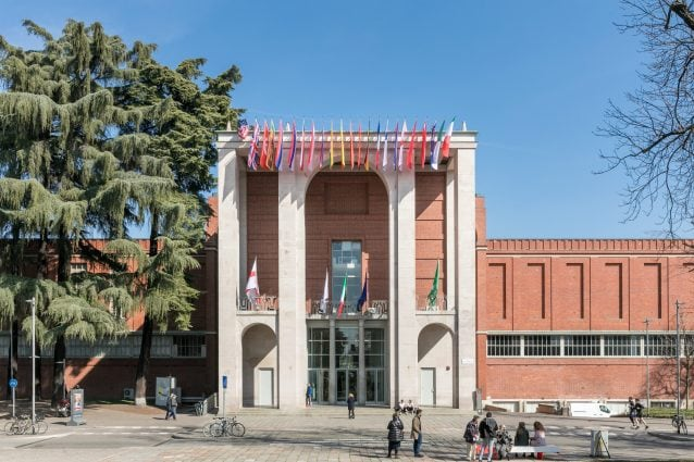 Facciata bandiere – © Triennale Milano – foto Gianluca Di Ioia