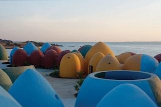 Il villaggio di case colorate che sembra uscito da un episodio dei Teletubbies