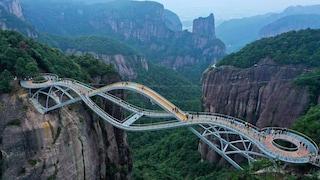 Un ponte da vertigini sospeso tra le montagne cinesi