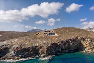 La casa scavata nella scogliera con vista sul Mar Egeo