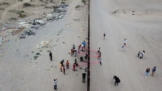 Le altalene rosa che superano il confine tra Messico e USA sono il progetto dell'anno