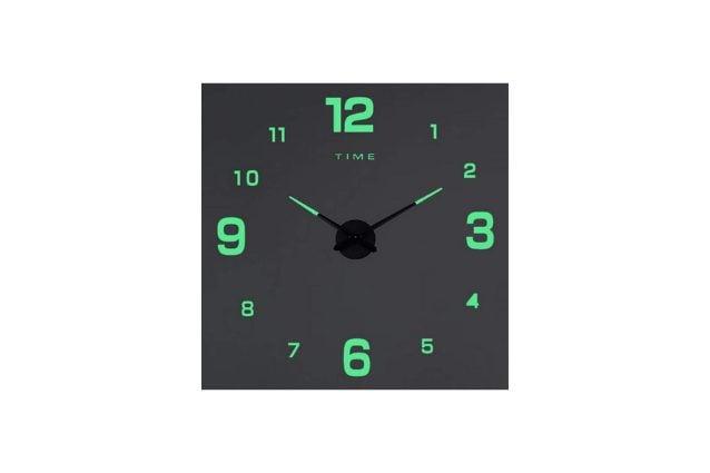 orologio da parete visibile di notte