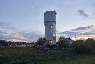 La torre dell'acqua secolare diventa una casa di design con vista panoramica