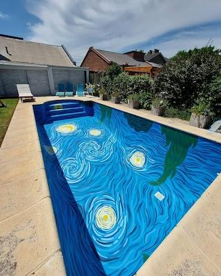La piscina ispirata a Van Gogh per nuotare nella sua notte stellata