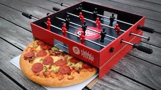 La scatola per pizze che diventa biliardino per un asporto facile e divertente