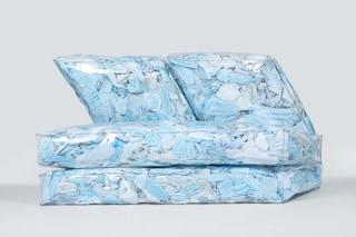 Il divano fatto con le mascherine anti-Covid 19 trovate per strada