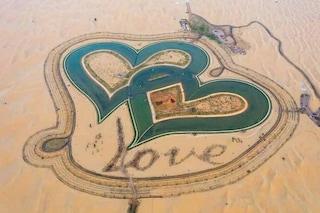 Ci sono due laghi a forma di cuore intrecciati nel deserto di Dubai