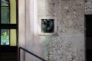 Forse non sai che a Milano c'è un palazzo con un orecchio sulla facciata
