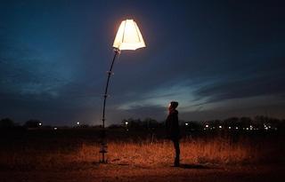Il lampione stradale che si inchina al tuo passaggio
