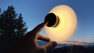 La prima lampada a ventosa mobile e ricaricabile