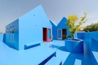 Sul tetto di quest'edificio c'è una casa tutta azzurra che sembra un sogno