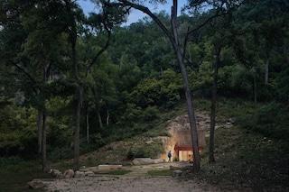 La cantina in stile Batman è una caverna di lusso scavata nella roccia