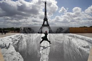 La Tour Eiffel su un dirupo: l'incredibile opera dello street artist JR a Parigi