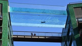 Londra, aperta la prima piscina al mondo sospesa tra due edifici