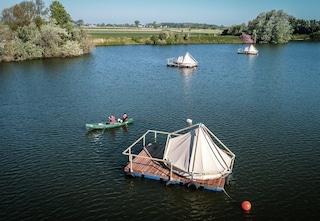 Questo piccolo villaggio di tende galleggianti è il campeggio più originale di sempre