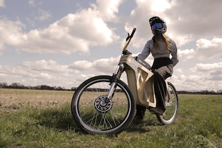 La e-bike di legno che si ispira alla moto Scrambler