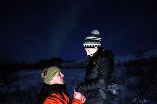 Organizza un viaggio intorno al mondo e le chiede la mano sotto l'aurora boreale (VIDEO)