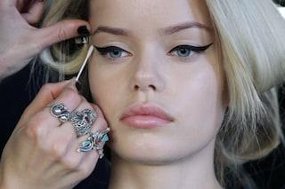 Come mettere l'eyeliner in modo perfetto: trucchi e consigli utili