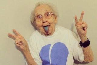 Prima di morire di cancro nonna Betty mostra la lingua blu e fa impazzire il web (FOTO)