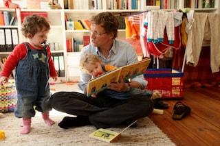 I papà passano solo 38 minuti al giorno con i figli, mentre le mamme più di 4 ore