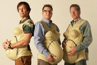 Indossano una pancia finta per capire i dolori della gravidanza: l'idea dei 3 papà (VIDEO)
